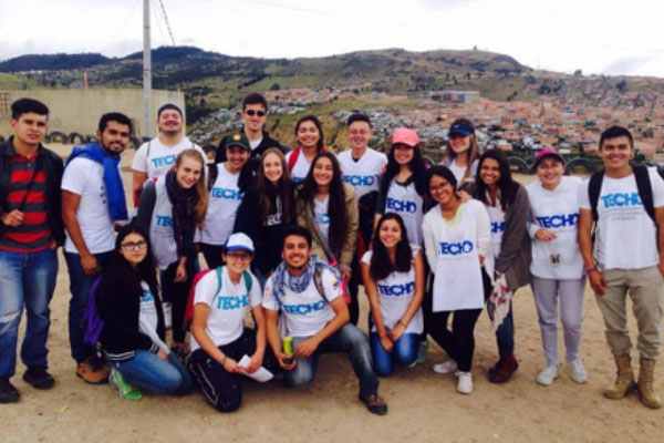 El grupo de Voluntarios del Externado que está vinculado con TECHO