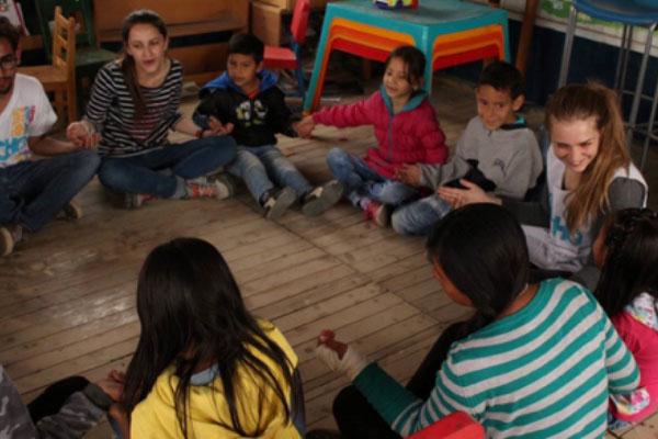 En el grupo de niños Carmen Nicolas, una de las estudiantes de Intercambio FIGRI hace el voluntariado en Soacha con los niños que atiende TECHO