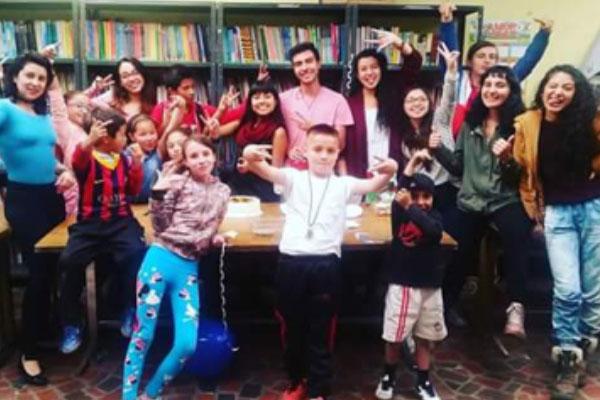 Estudiantes que hacen el Voluntariado en la Parroquia del Barrio Egipto.