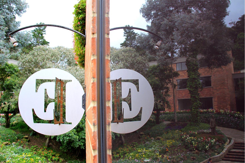 edificio-E-reflejo-plazoleta--A-8748