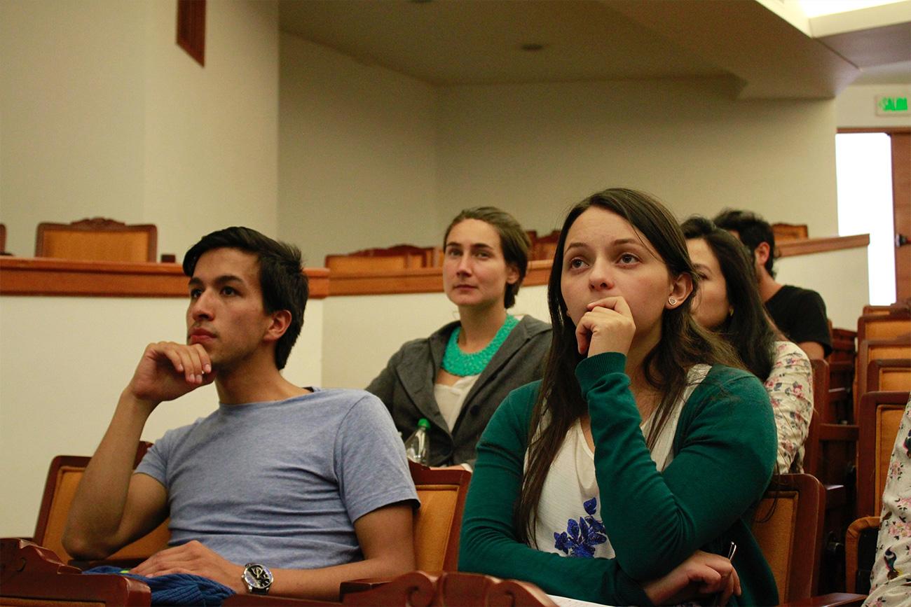 Estudiantes e invitados participaron en el debate con reflexiones y preguntas del papel del ciudadano en internet.