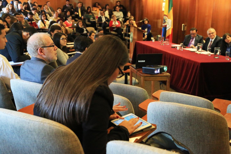 Varios de los presentes participaron con análisis y preguntas.