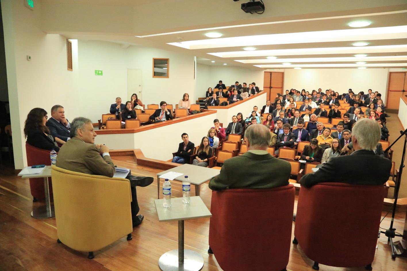 """Nicolás Sartorius, junto a los demás panelistas, advirtió que la única salida para """"relanzar Europa"""" es la de hacer una política económica del euro."""