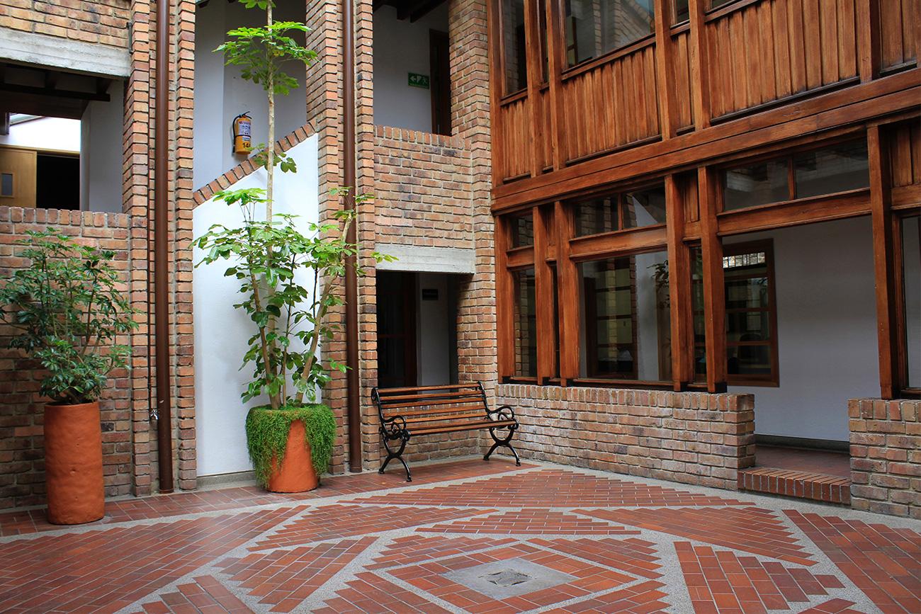 En 1991, la Facultad de Derecho de la Universidad Externado de Colombia puso al servicio de los bogotanos su Centro de Conciliación.