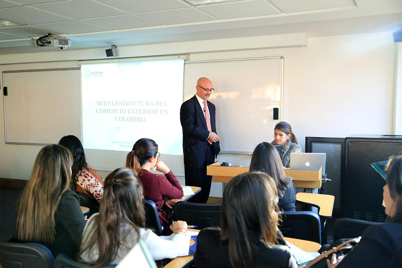 El docente Rogelio Perilla, de la Especialización en Negocios Internacionales con énfasis en Comercio Exterior, dictó la conferencia.