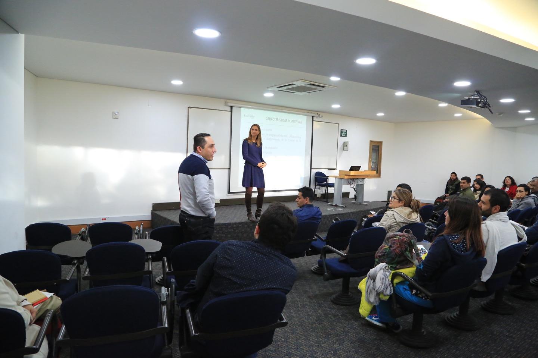 La decana de la Facultad de Ciencias de la Educación, María Figueroa, dio la bienvenida a los estudiantes de las maestrías.
