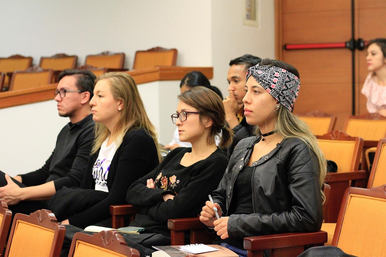 Durante el encuentro, todos los panelistas instaron a investigar y escribir más sobre el tema.