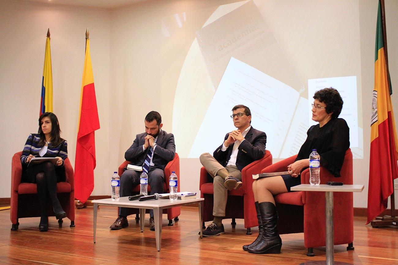 Las docentes de la Facultad de Finanzas, Gobierno y Relaciones Internacionales Paula Ruiz y Margarita Marín presentaron el libro.