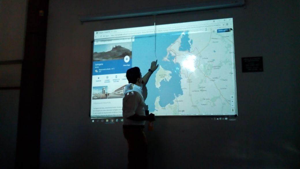 Arqueólogo Carlos del Cairo explica el contexto geográfico del fuerte. Fotografía Andrea Amórtegui.