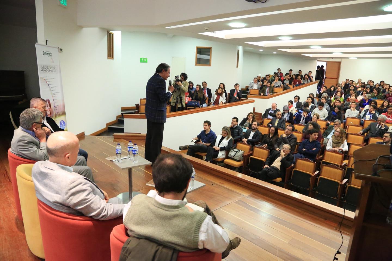 Mauricio Pérez, decano de la Facultad de Economía, inició un acto académico al que asistieron varios estudiantes y profesores interesados en este trabajo.