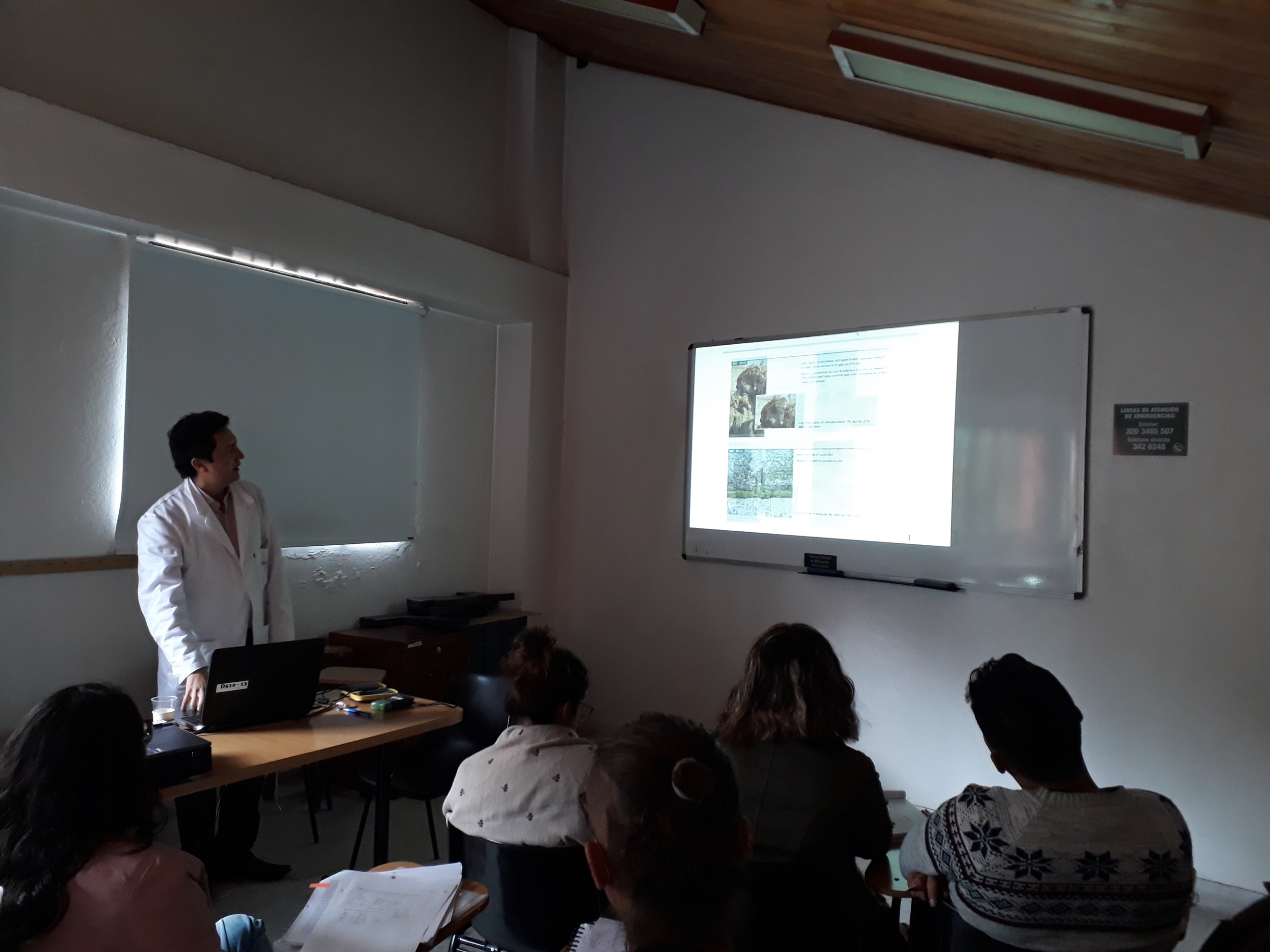 Microbiólogo John Garcés expone diversos indicadores de deterioro biológico. Fotografía Carla Riera.