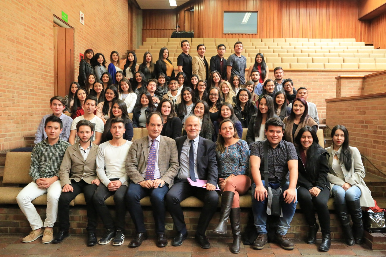 Los estudiantes de la Universidad Santos Tomás, seccional Tunja, posaron junto al Rector del Externado y el Presidente de la Asociación Henri Capitant.