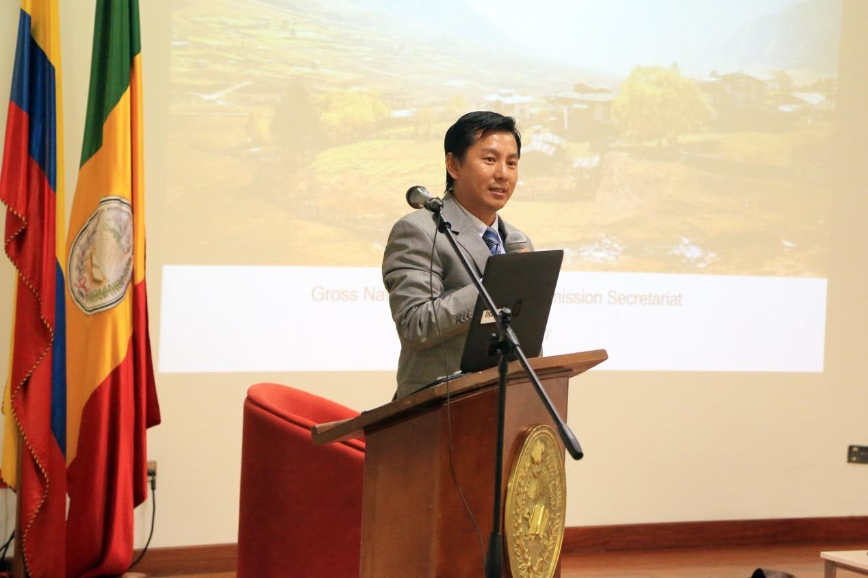 La Facultad de Finanzas, Gobierno y Relaciones Internacionales invitó a Sonam Tobgyal, director adjunto de investigación de la Comisión de Felicidad Nacional de Bután, para hablar del desarrollo del índice de felicidad.