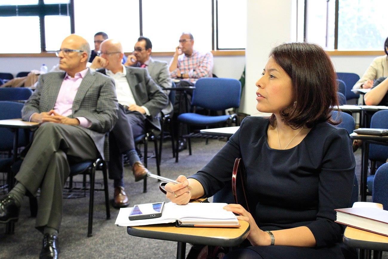 Durante su presentación, a la que asistieron varios estudiantes de la Maestría en Gestión Integral del Riesgo, Serrano también se enfocó en el riesgo regulatorio.
