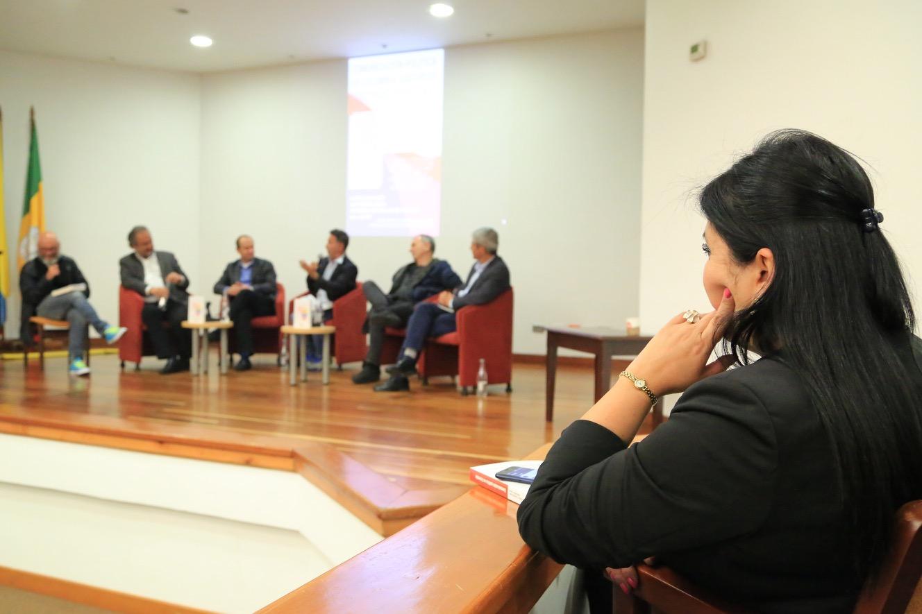 """Los asistentes dialogaron sobre el libro """"Comunicación Política en Colombia: discursos, prácticas y estrategias""""."""