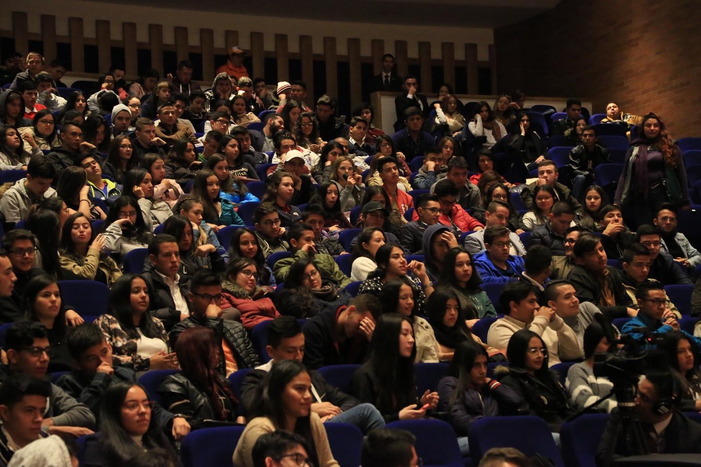 También destacó las cifras de la Universidad respecto de la producción editorial, la acreditación y la posibilidad que les da a los estudiantes de hacer intercambios y ganarse becas universitarias.