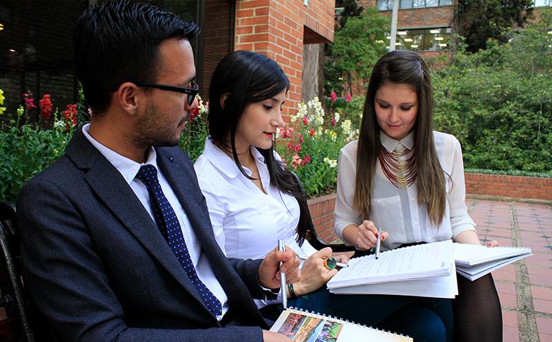 Estudiantes de posgrado haciendo una consulta académica