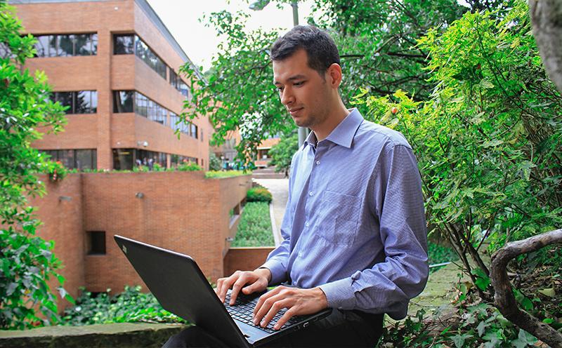 Estudiante de posgrado consulta el correo electrónico