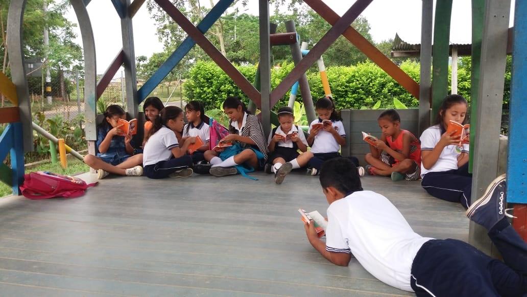 Niños Caguán Recibiendo Poemario (10)