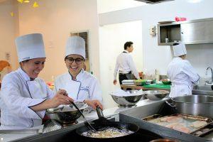 Estudiantes de hotelería en la cocina